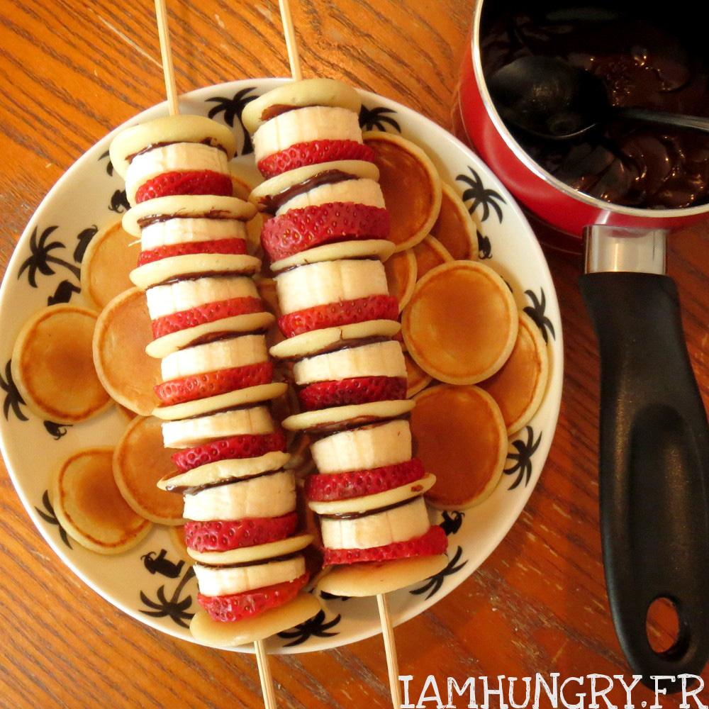 Brochettes de mini-pancakes fraises bananes et nutella