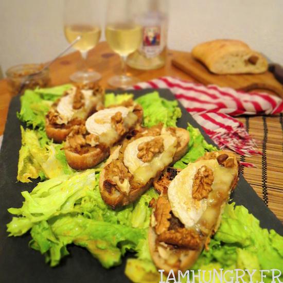 Crostini de rocamadour miel noix et confit d'oignon