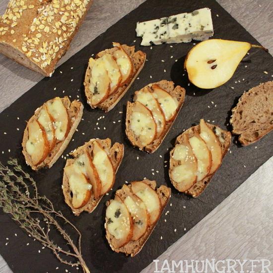 Toasts poires et roquefort