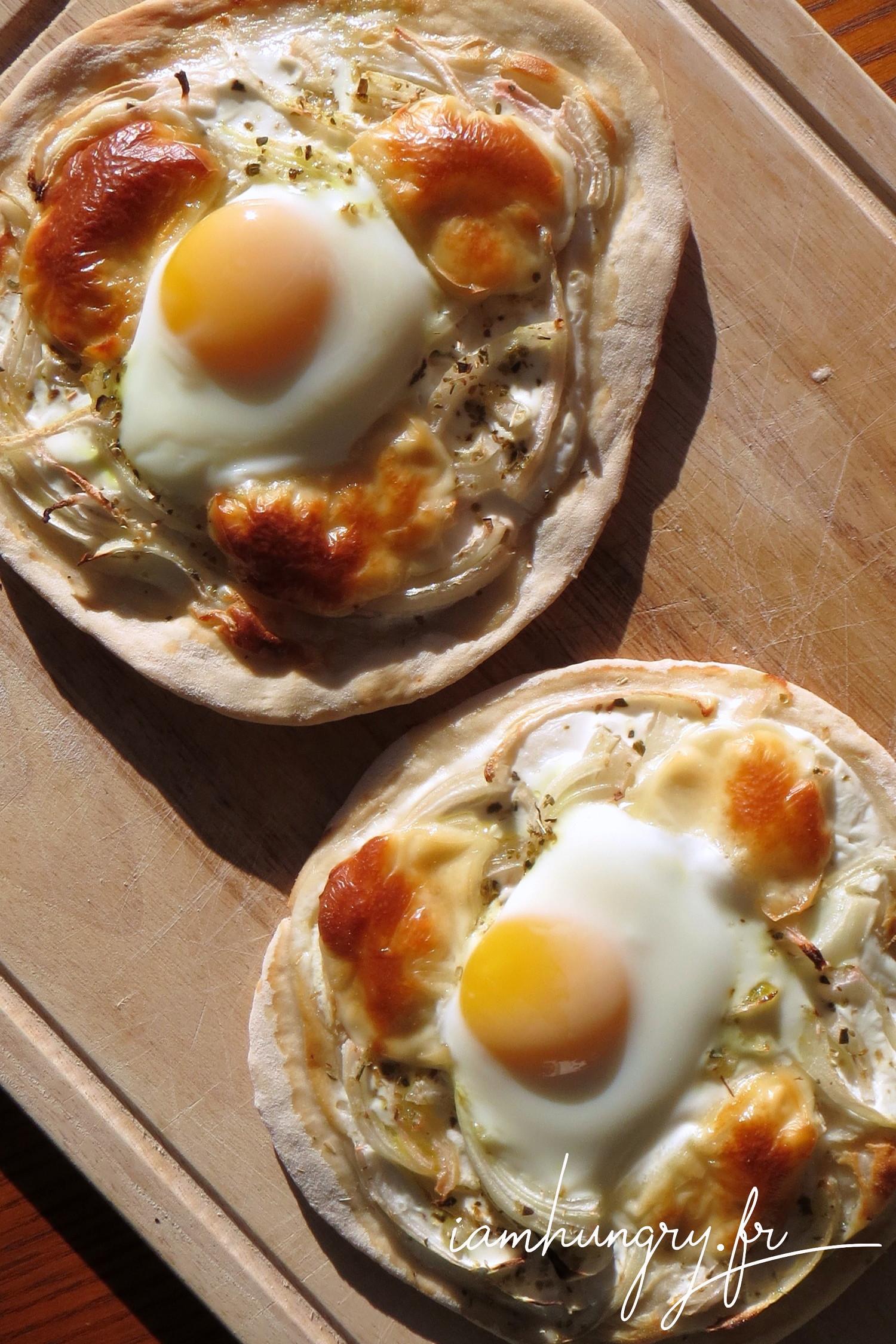 Petites pizzas oignons et oeuf