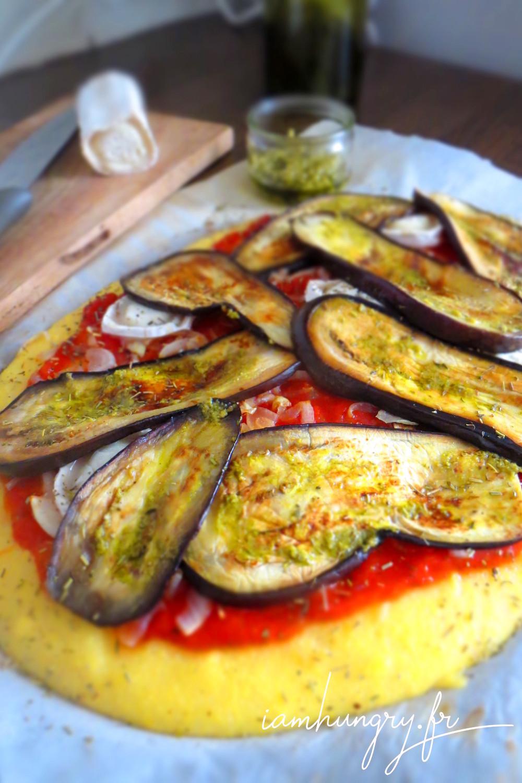 Grosse pizza de polenta aux aubergines grillées sans four