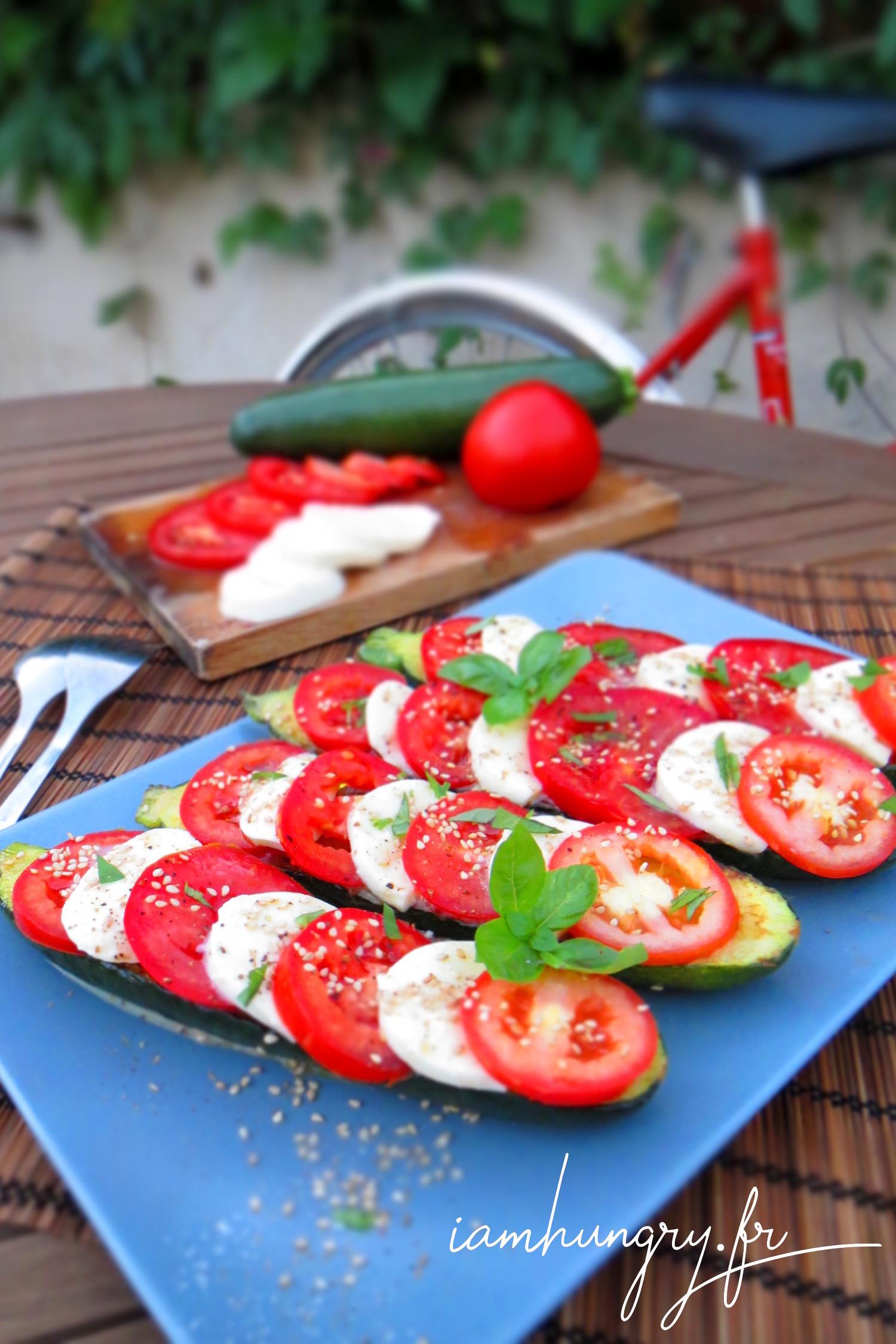 Salade de tomates-mozzarela sur courgettes grillées