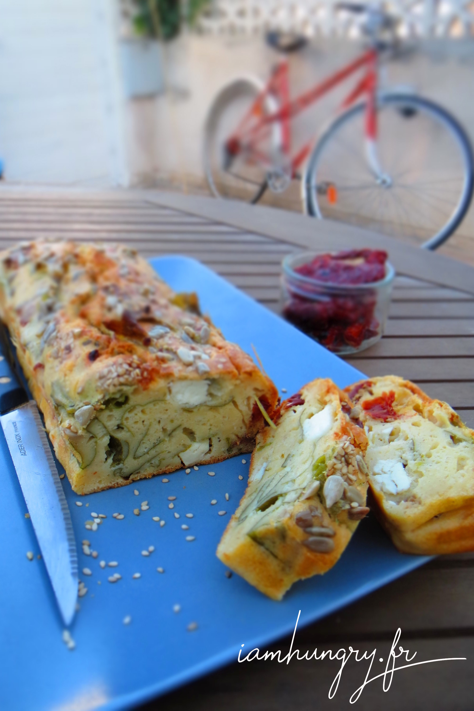 Cake féta, tomates séchées et fanes de radis