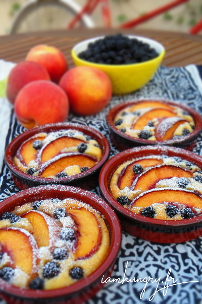 Little peaches and blackberries cakes